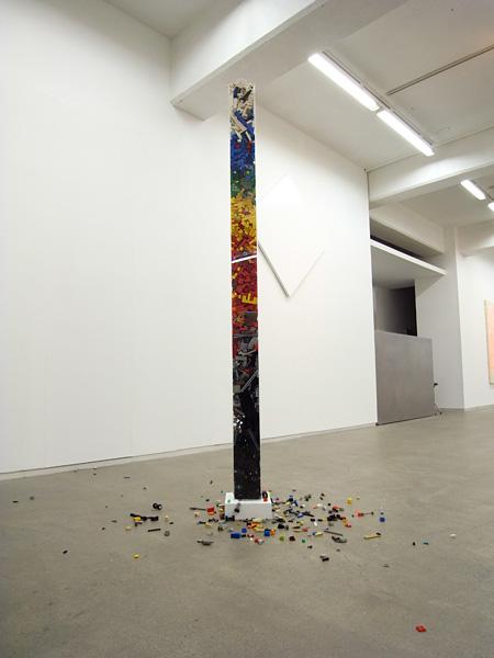 青木豊『untitled』2011, アクリル レゴブロック 182 x 12 x 12 cm copyright the artist, courtesy hiromiyoshii