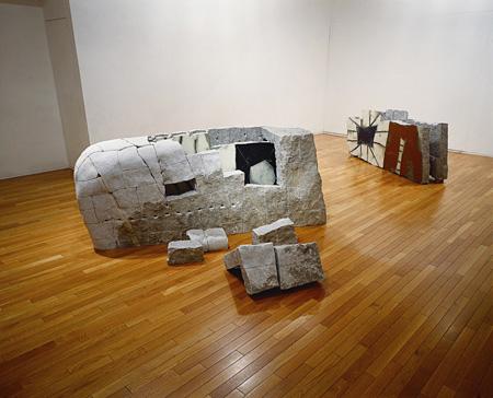 岡本敦生、野田裕示 《Collaboration 1996 O&N-I》(左) 《Collaboration 1996 O&N-II》(右) 1996年 83.0×200.0×54.0 cm / 76.0×200.0×52.0 cm 愛知県美術館蔵 撮影:岡本敦生