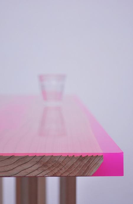 """長坂常《Flat Table """"Peeled""""》 2011年 シダー、カラーエボキシ"""