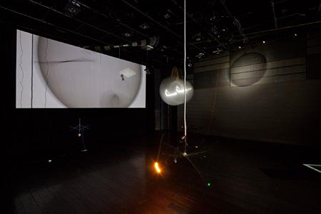 個展『大きなことを小さくみせる(2011)』(撮影:松尾宇人)