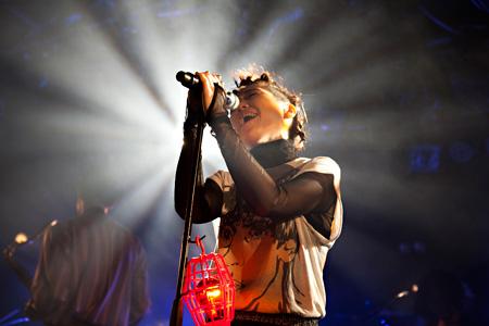 4月13日に開催された『Baby, Come on home』tour 梅田CLUB QUATTROこけら落し公演の模様 撮影:仁礼博