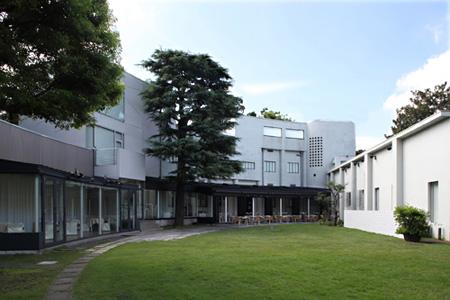会場となる原美術館の中庭