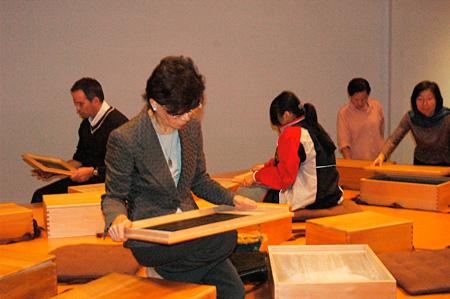 作品を鑑賞する観客 台北現代美術館でのFabric of Memory 展示風景(2007年) Courtesy of MoCA Taipei