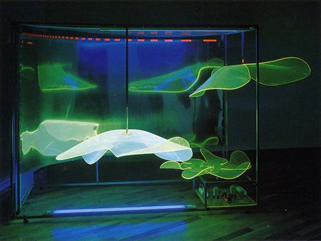 ヨシダミノル《Just Curve '67 Cosmoplastic》1967年 ステンレス、プレクシグラス、蛍光灯、モーターほか 270.0×150.0×175.0 cm 高松市美術館蔵