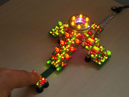 辻野裕明「Prayer2」2011 LED、基板、スイッチ  9.5cm×5.5cm×13.5cm(WHD) Hiroaki Tsujino, Courtesy of TENGAI GALLERY