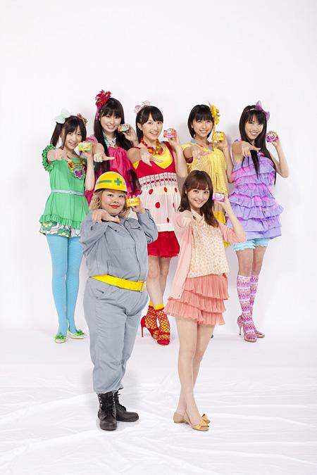 「Fit's」CM『道路工事篇』の出演者達、左前列:渡辺直美、右前列:佐々木希、後列:ももいろクローバーZ