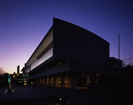 東京国立近代美術館(本館)外観夜の写真 Photo:上野則宏