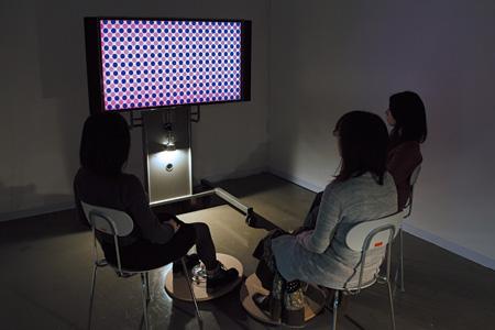 両角佑子《Tripathy II》/2010-2011年 /木材、コンピュータ、ディスプレイ[展示A]