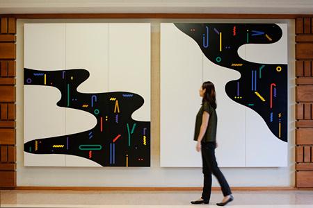 「色彩流水−A」「色彩流水−B」 木製パネル 大日本印刷営業ビルロビー、1987年 撮影:吉村昌也