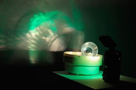 ペーター・フィッシュリ ダヴィッド・ヴァイス『音と光ー緑の光線』1990 フラッシュライト、回転台、プラスチック製コップ、テープ H25×W40×D16cm 金沢21世紀美術館蔵 ©Peter FISCHLI David WEISS 撮影:渡邉修