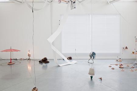 毛利悠子『サーカス』展示風景(東京都現代美術館,ブルームバーグ・パヴィリオン) 2012年 撮影:新津保建秀