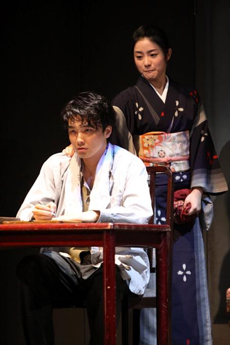 左から:井上芳雄、石原さとみ(2009年10月の天王洲銀河劇場公演より)撮影:落合高仁