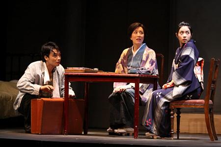 左から:井上芳雄、高畑淳子、石原さとみ(2009年10月の天王洲銀河劇場公演より)撮影:落合高仁