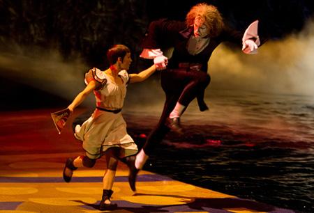 『シルク・ドゥ・ソレイユ3D 彼方からの物語』©2011 Cirque du Soleil Burlesco LLC. All Rights Reserved. ©2012 PARAMOUNT PICTURES AND CIRQUE DU SOLEIL BURLESCO,LLC.ALL RIGHTS RESERVED.