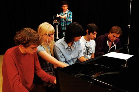 田中功起 《A Piano Played by Five Pianists at Once (First Attempt)》 2012、 HDヴィデオ(映像スティル) Courtesy of the artist, Vitamin Creative Space, Guangzhou and Aoyama Meguro, Tokyo