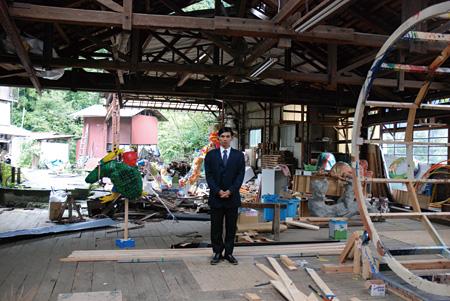 国立奥多摩美術館館長と展示会場 ©2012 MOAO