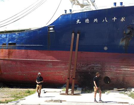 気仙沼を視察するJR(左)2012年9月12日