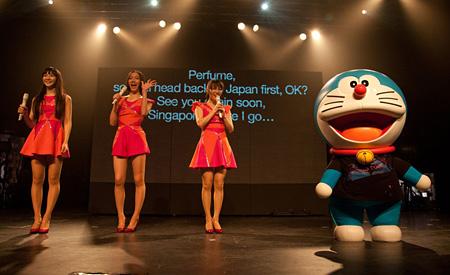 2012年11月24日に開催されたシンガポール公演でのPerfumeとドラえもん