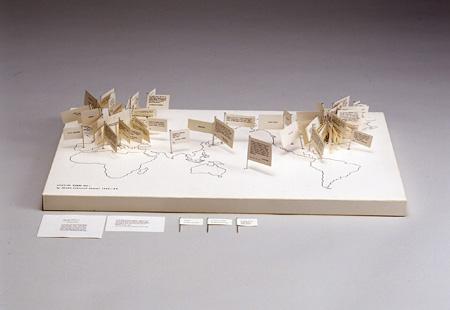 塩見允枝子『Spacial Poem No.1』マップボード・旗77本、1965年/1980年(再制作)、うらわ美術館蔵