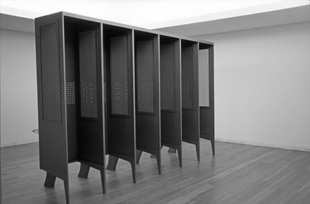 ルイ シャフェス 「私が震えるのを見よ」 2005年、鉄にペイント、241(高さ) x 372 x 117 cm、所蔵:セラルヴェス美術館 ©Rui Chafes Courtesy of the artist