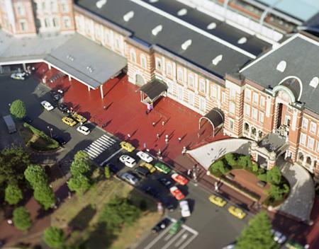 本城直季 『small planet  tokyo station』 2004年 courtesy of nap gallery