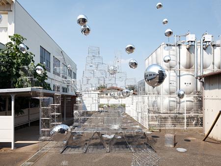 利部志穂『水位』 2011年 不要になったもの(給食調理器具)、ステンレス、アルミ素材、ヘリウムガス、他 撮影:若林勇人