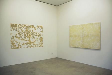 東亭順 右 『Sad but True』 2011年 中古シーツ、水性ニス、ポピーオイル、アクリル絵具、木枠 左 『Sad but True』 2011年 壁に金色の画鋲 ©Jun Azumatei / courtesy of AB Gallery