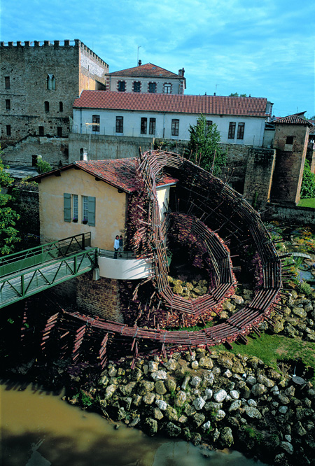 國安孝昌『Spiral of MIDOU』 1997年 海岸松、陶ブロック モン=ド=マルサン市(フランス) 撮影:國安孝昌