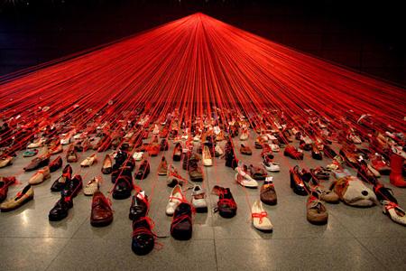 塩田千春『大陸を越えて』2004年 ©塩田千春 Photo:Sunhi Mang Courtesy Kenji Taki Gallery