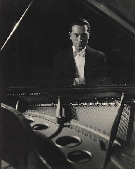 『作曲家ジョージ・ガーシュイン』  1931年 ゼラチン・シルバー・プリント ©1931 Condé Nast Publications