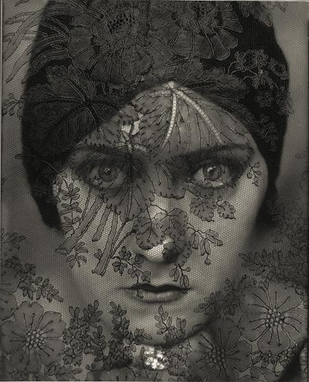 『女優グロリア・スワンソン』  1924年 ゼラチン・シルバー・プリント ©1924 Condé Nast Publications