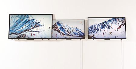 VOCA展2013 佳作賞 大崎のぶゆき『shining mountain/climbing the world #03-1〜03』液晶ディスプレイ、ビデオ、(HD/8分ループ)83.0×139.0×3cm、64.0×107.0×3cm、74.0×120.0×3cm 撮影:上野則宏