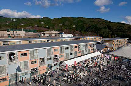 コンテナ多層仮設住宅 - 宮城県女川町 ©Voluntary Architects' Network + Shigeru Ban Architects