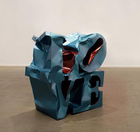 ギムホンソック『ラブ』2005年 ステンレス・スチール、自動車用塗料 205×85×200 cm Photo: the Artist & Kunsthalle, Wien