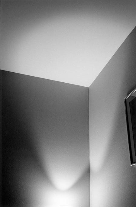 畠山直哉『Hotel Warwick #712 Genève 4 May 1995』 1995 シリーズ『CAMERA(1995-2009)』より ※出展予定作品