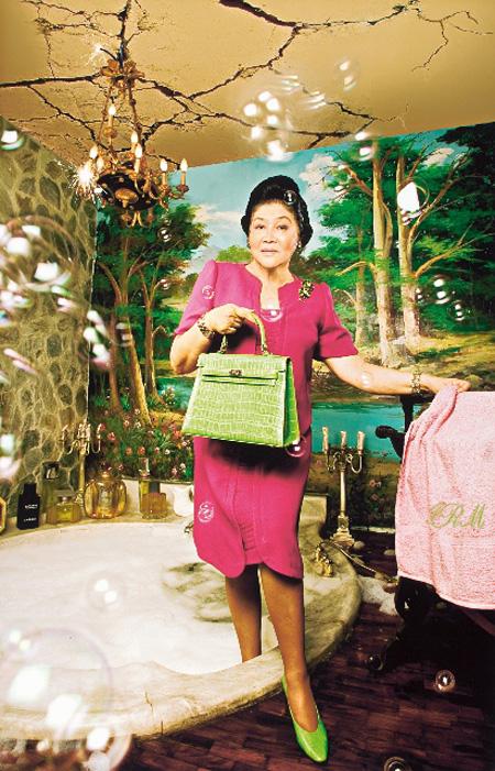 スティーヴ・ティロナ『イメルダ・コレクション#3』 2006年、発色現像方式印画、h.91.5×61cm シンガポール美術館蔵
