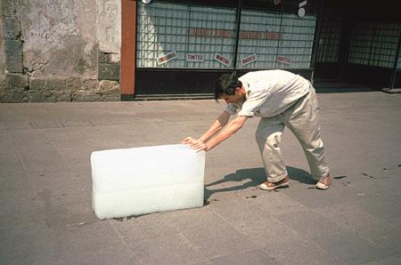 フランシス・アリス『実践のパラドクス1(ときには何にもならないこともする)』1997年、メキシコシティ アクションの記録映像 5分 Photo: Enrique Huerta