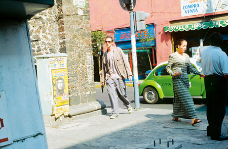 フランシス・アリス『再演』2000年、メキシコシティ ラファエル・オルテガとのコラボレーション アクションの記録映像(2チャンネル)5分20秒 映像スティル