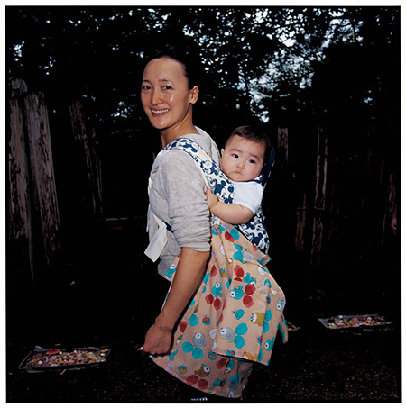 『母と子』青森県五所川原市 2009年8月 ©TATSUKI MASARU