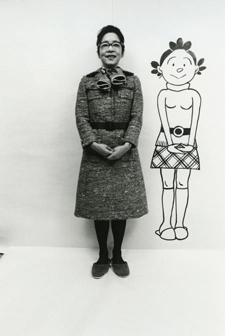 長谷川町子 自作のサザエさんと ©長谷川町子美術館