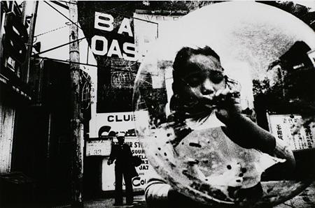 東松照明『チューインガムとチョコレート#7』1959年 東京都写真美術館蔵