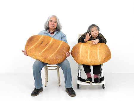 折元立身『ART-MAMA+SON WITH BIG BREAD』2012