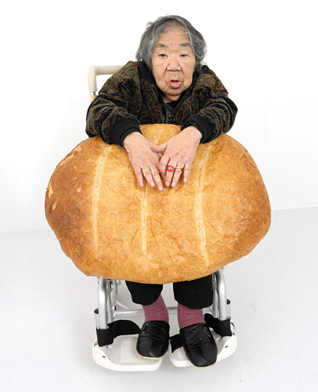 折元立身『ART-MAMA WITH BIG BREAD』2012