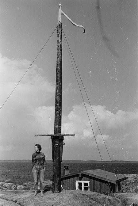 クルーヴ島の高台に立つトーヴェ・ヤンソン photo Per Olov Jansson ©Moomin Characters