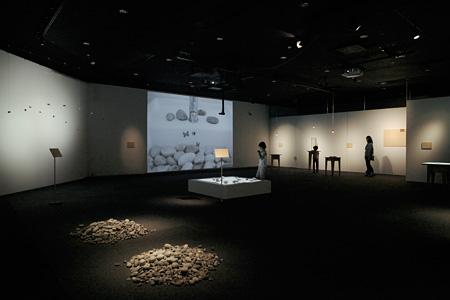 『イマジネイチャー 〜石ころの記憶〜』会場風景 写真提供:SKIPシティ 映像ミュージアム