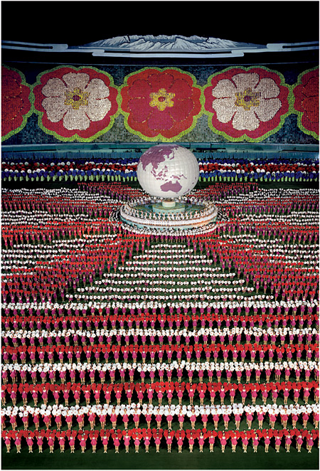 『ピョンヤン I』2007年 © ANDREAS GURSKY / JASPAR, 2013 Courtesy SPRÜTH MAGERS BERLIN LONDON