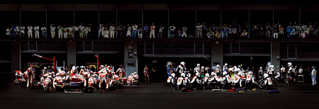 『F1 ピットストップ IV』2007年 © ANDREAS GURSKY / JASPAR, 2013 Courtesy SPRÜTH MAGERS BERLIN LONDON