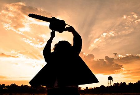 『飛びだす 悪魔のいけにえ レザーフェイス一家の逆襲』 ©2013 TWISTED CHAINSAW PROPERTIES,INC. AND NU IMAGE,INC.