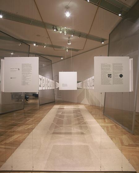 作品展示風景『今日は明日―経験と構成の未来』展より ドイツ連邦共和国アート&エキシビジョン・ホール 2000