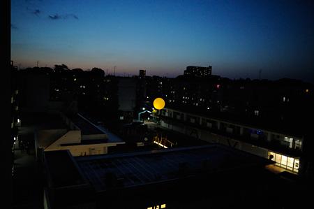 夜空に浮かぶ「手づくり太陽」 photo by Yuji ITO